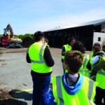 Un groupe d'enfants visitent l'écopole de l'île d'Oléron